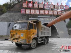 中老昆(明)万(象)铁路(中国段)第一长桥架通!